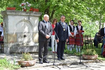 Зам.-председателят на парламента Емил Христов и кметът инж.Дилян Млъзев поздравиха еленчани за празника