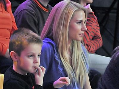 """Синът и съпругата на Николай Бареков не пропуснаха да го гледат от първите редици в """"Шоуто на Иван и Андрей"""". СНИМКА: БУЛФОТО"""