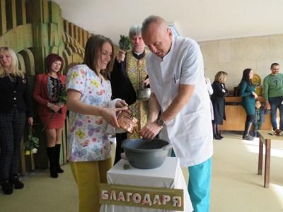 Измиха ритуално ръцете на д-р Светлозар Стойков на Бабинден