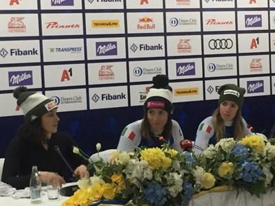 Федерика Бриньоне, Елена Куртони и Марта Басино на пресконференцията след спускането в Банско Снимки: Марин Манев