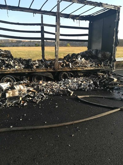 Тази сутрин сръбски тир се запали на 150-ия километър на магистралата.  Снимка 24 ЧАСА