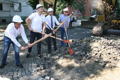 Кметът Иван Тотев даде старт на реконструкцията СНИМКА: Евгени Цветков