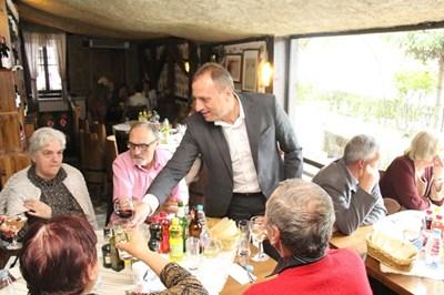 Кметът на Банско Георги Икономов покани учители ветерани на празничен обяд по повод 24 май.