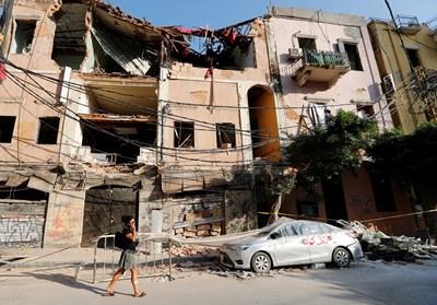 Жена минава покрай руините, които останаха след експлозията в Бейрут. Снимка: Ройтерс