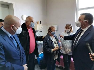 Премиерът Бойко Борисов, здравният министър проф. К. Ангелов и ген. В. Мутафчийски провериха как върви ваксинацията в с. Самуилово. СНИМКА: МС