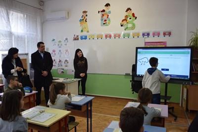 """Кметът Георги Стаменов присъства на иновативен урок в ОУ """"Кочо Честименски""""."""