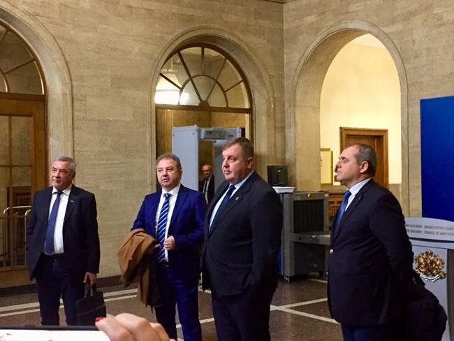 Валери Симеонов, заместникът му в НФСБ Борис Ячев, Красимир Каракачанов и неговият партиен зам. Искрен Веселинов излязоха в лошо настроение от разговора си с Бойко Борисов.