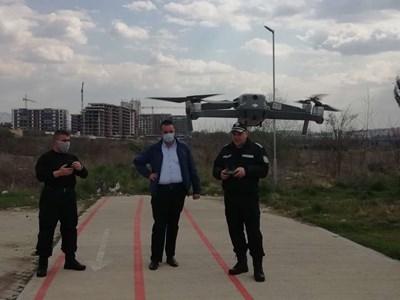 Областният управител Никола Чанев и старши комисар Атанас Илков наблюдаваха с дрон спазването на противоепидемичните мерки в Кърджали.