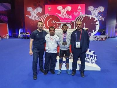 Олимпийският шампион и национален треньор Иван Иванов (вторият от ляво на дясно) намери правилния начин за работа, за да имаме отново успехи в щангите.