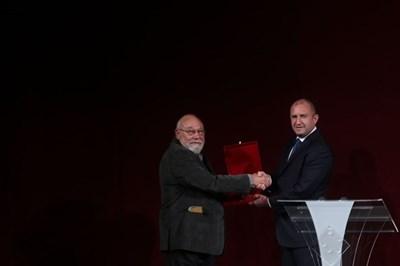 Президентът Румен Радев връчва наградата на писателя Владимир Зарев.   СНИМКА: Николай Литов