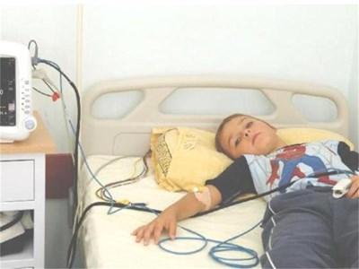 Новият монитор, с който клиниката се сдоби преди дни, улеснява наблюдението на малките пациенти. СНИМКИ: ПАРСЕХ ШУБАРАЛЯН