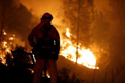 Пожарникар се бори с огъня в Калифорния.