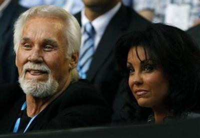 Кени Роджърс заедно със съпругата си Уанда Милър през 2011 г. Снимка: Ройтерс