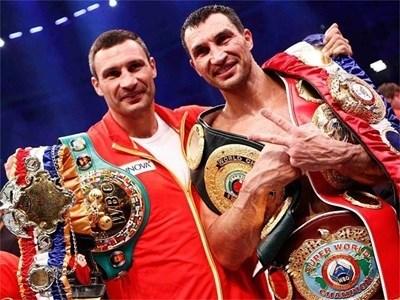 Виталий Кличко (вдясно) и брат му Владимир позират със спечелените от тях пояси в профибокса. СНИМКИ: РОЙТЕРС