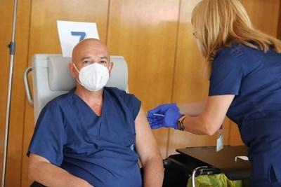 Ген. Мутафчийски пръв постави трета доза ваксина