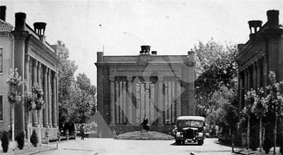 Архивна снимка на мемориала, който се е издигал пред сегашния НДК. СНИМКА: 24 часа
