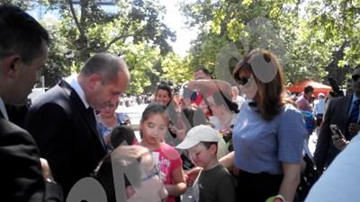 Първоначално не бяха забелязани от никого, но в средата на градината, където деца празнуваха 1 юни, бдителна майка ги забеляза и прикани детето си да застане за снимка до президента. СНИМКИ: Алексения Димитрова СНИМКА: 24 часа