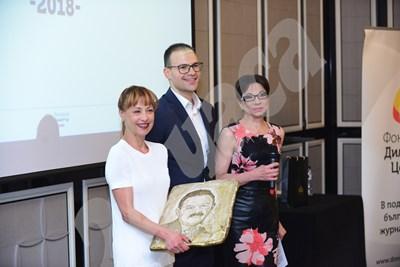 Радина Червенова с наградата на името на Димитър Цонев. Връчи й я синът на журналиста Димитър-младши.  СНИМКИ: ЙОРДАН СИМЕОНОВ СНИМКА: 24 часа