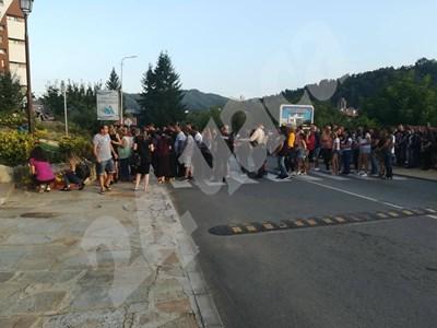 Златоград се поклони пред паметта на нелепо загиналото на тротоар дете СНИМКА: Валентин Хаджиев СНИМКА: 24 часа