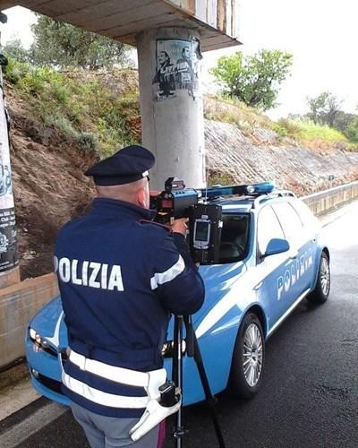 Пътен полицай в Италия по време на проверка  СНИМКА: ИНСТАГРАМ НА ПЪТНАТА ПОЛИЦИЯ