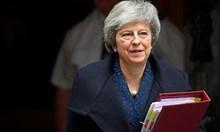 Британският премиер Тереза Мей печели вота на доверие в парламента