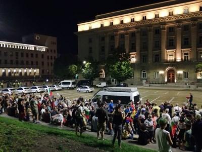 Протестиращите се отправиха на обичайното си вечерно шествие до барикадата на Орлов мост. Снимки Велислав Николов