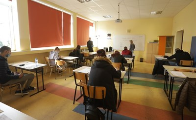 Учениците от 5, 9 и 12 клас, които се върнаха в училищата на 26 април, ще продължат да учат присъствено до края на тази седмица.