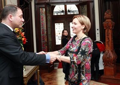 Посланик Сюлейман Гьокче посреща Гергана Паси в резиденцията си. СНИМКА: Десислава Кулелиева