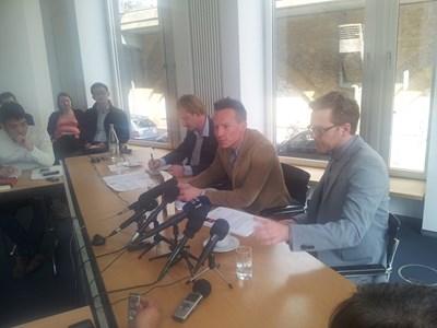 Двамата журналисти - в средата е роденият през 1977 г. Бастиан Обермайер, а от лявата му страна седи колегата му - 32-годишният Фредерик Обермайер. СНИМКИ: АВТОРЪТ