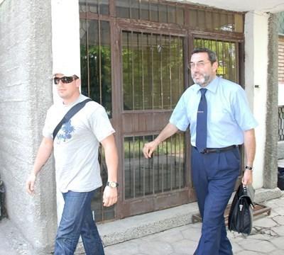 Михаил Цонков (вляво) с адвокат СНИМКА: Архив