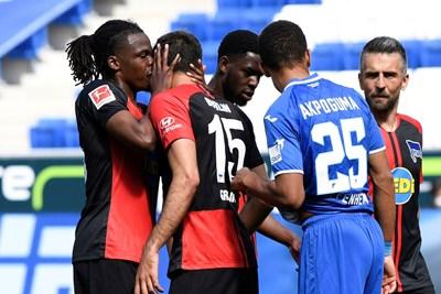 """Този поздрав между Дедрик Боята и Марко Груич от """"Херта"""" при победата с 3:0 над """"Хофенхайм"""" миналата седмица бе критикуван за неспазване на дистанция. СНИМКА: РОЙТЕРС"""
