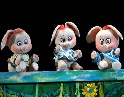 """""""Трите прасенца"""" са първите, които не се боят от коронавируса, и чакат зрители в Столичния куклен театър."""