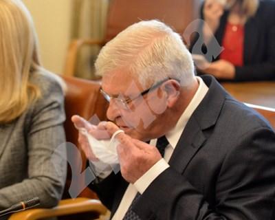 Здравният министър Кирил Ананиев поставя предпазната си маска на заседание на Министерския съвет. Според последната му заповед обаче това вече не е задължително. СНИМКА: 24 часа