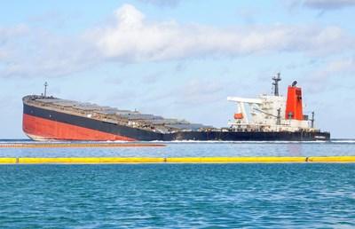 Японският петролен танкер, който причини екологична катастрофа, се разцепи на две СНИМКИ: Ротйерс