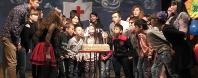 За тържеството имаше голяма торта със свещи, които бяха духнати от всички възпитаници на социалното заведение.