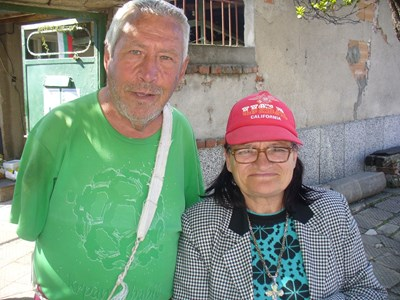Георги и Пенка празнуват сами и скромно днешния Гергьовден в дома си в Чирпан. СНИМКИ: Авторът