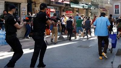 Полицията в Истанбул стреля с гумени куршуми участниците в гейпрайда. СНИМКИ: Туитър