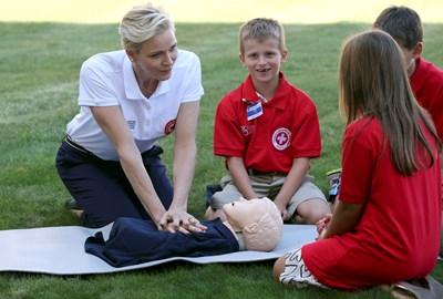 Принцесата на Монако Шарлийн, посланик на добра воля на Международната федерация на Червения кръст и Червения полумесец, демонстрира пред деца как се прави сърдечен масаж. СНИМКА: РОЙТЕРС