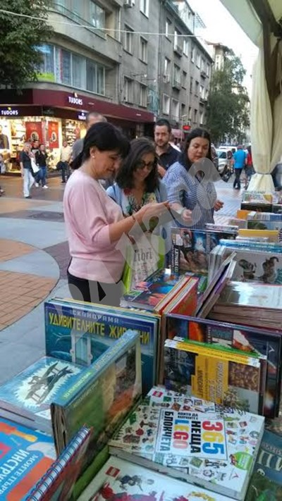Цвета Караянчева и дъщеря й Калина бяха забелязани от наш читател на Алеята на книгата СНИМКА: 24 часа