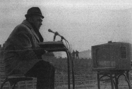 """Мичмана коментира мач преди повече от 45 години - с телевизор """"Опера"""" и дървен стол пред себе си. Сн. Архив 24 часа"""