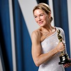 """Рене Зелуегър държи наградата """"Оскар"""" за най-добра актриса."""