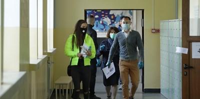 Маски в училищните коридори да се носят, но директорите да не се глобяват, се разбрали вчера на срещата в МОН.