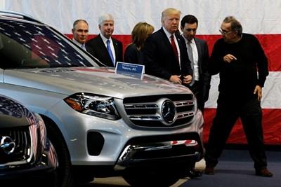 Президентът на САЩ Доналд Тръмп разговаря със Серджо Маркионе в Мичиган. СНИМКА: РОЙТЕРС
