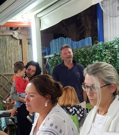 Ники Дойнов влиза в ресторанта в Порто Кофу.