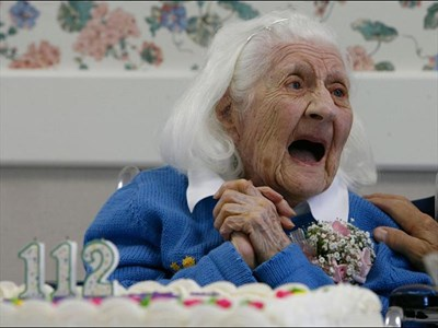 Оливия Томас празнува 112-ия си рожден ден в старчески дом в САЩ. През 2007 г. тя бе обявена за най-старата жена в света.