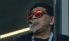 Марадона страда от артрит, едва се придвижва на тренировка (Видео)
