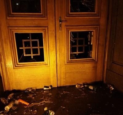 Педи няколко дни на протеста младежи бяха задържани за хвърлянето на бутилки, кенчета, боя и бомбички по сградата на бившия Партиен дом