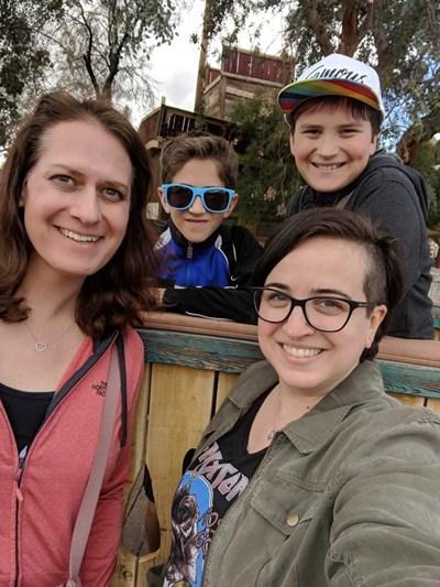 Шон, който вече е Сара, съпругата му Джени и децата им са щастливи, че са обявили голямата промяна в семейството си. СНИМКА: Фейсбук