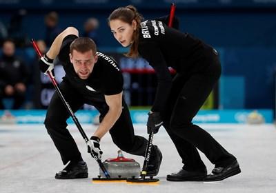 Александър Крушелницки и красивата му съпруга Анастасия Бризгалова станаха бронзови медалисти в смесените двойки на олимпийския турнир по кърлинг. СНИМКА: РОЙТЕРС