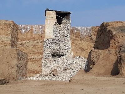 Част от фасадната замазка на кулата в Маноле рухна преди дни. Снимки: 24 часа